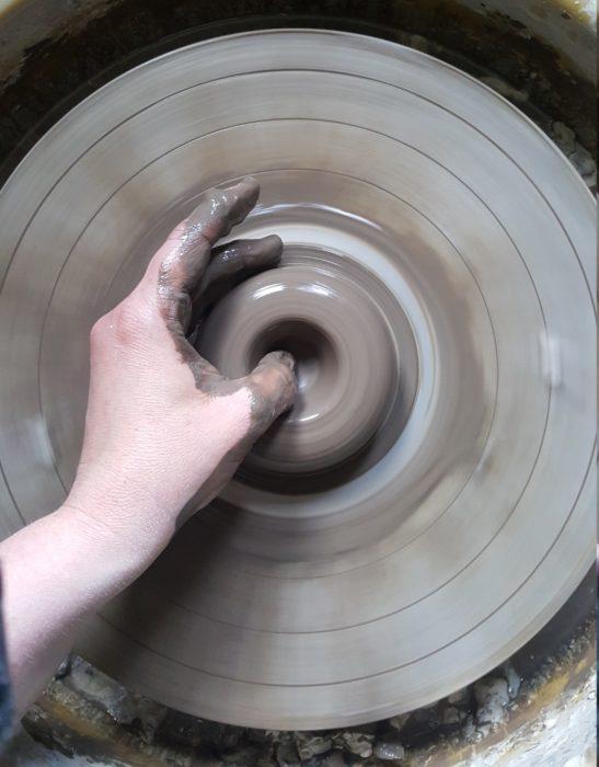 Välkommen på keramikkurs till Helena af Hyltarp keramik. De flesta tycker att det är mycket spännande att få sätta händerna i leran och att få prova att dreja.