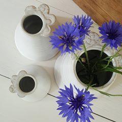 Små blomvaser med kantdekoration av keramiker Helena Andersson, Helena af Hyltarp keramik.