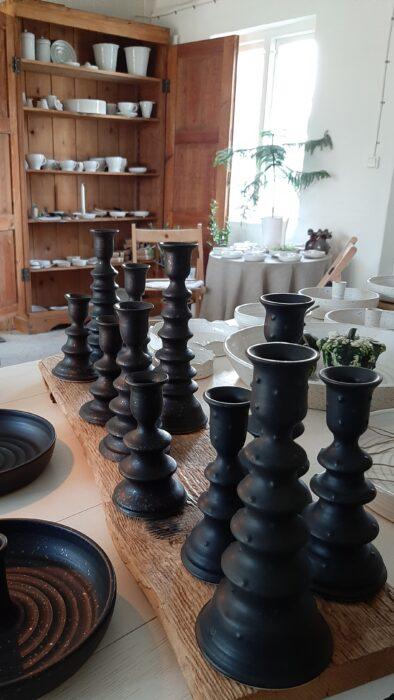 I min gårdsbutik finns all den keramik jag tillverkar och här syns ett gäng svarta handdrejade ljusstakar, både med och utan prickar.
