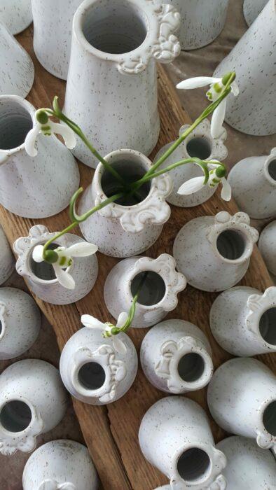 Handgjord keramik. Små blomvaser med en dekoration på kanten.