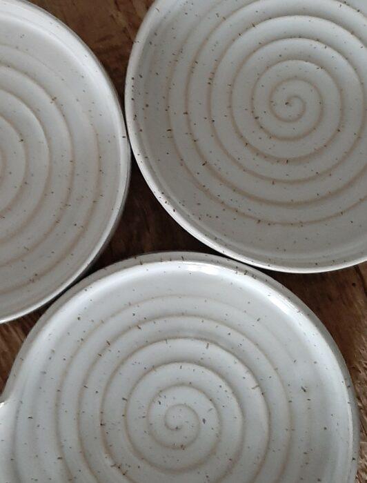 Handgjord keramik. Tre små tallrikar som är drejade i stengodslera.